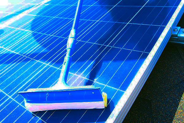 Vệ sinh tấm pin năng lượng mặt trời
